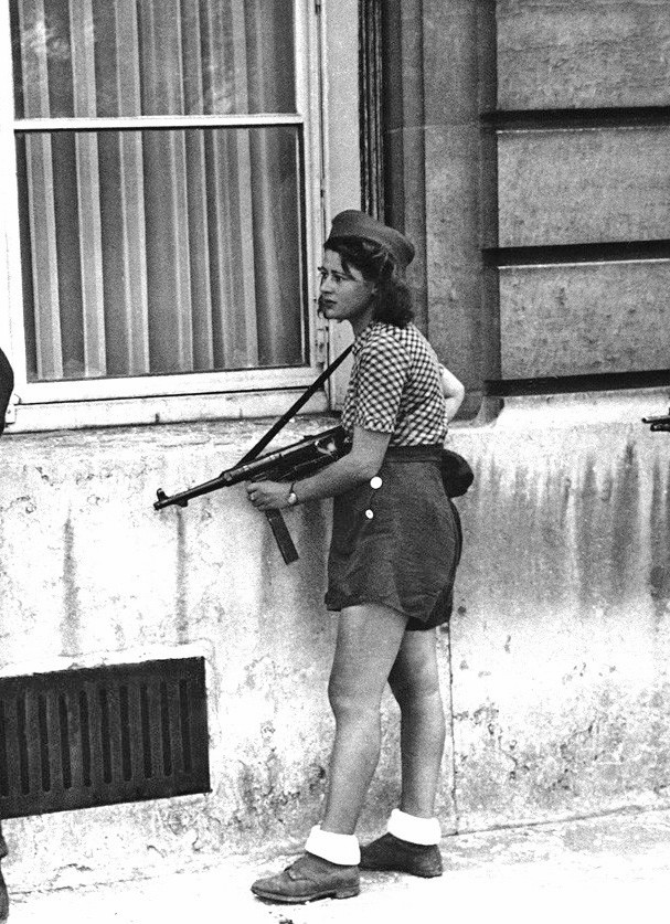 18 year old French Résistance fighter, Simone Segouin, AKA Nicole Minet, from Chartres. La libération de Chartres, Paris - 19 August 1944 [607 × 837]